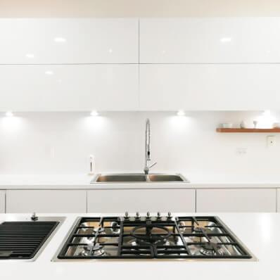 cocina moderna blanca lamina de alto brillo