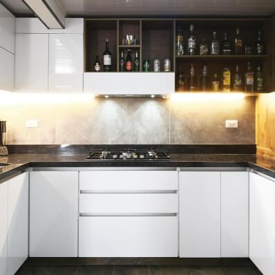 cocina blanco con madera mesón en granito