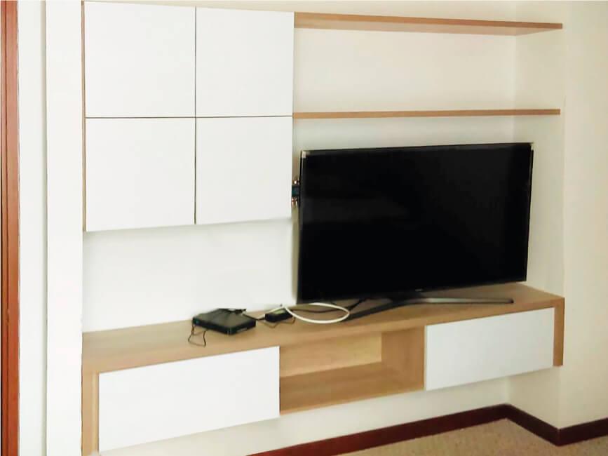 centro entretenimiento sencillo melaminico madera con televisor sobre meson